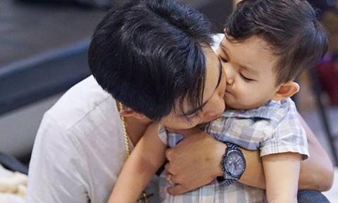 Kubi thắm thiết hôn bố Phan Hiển