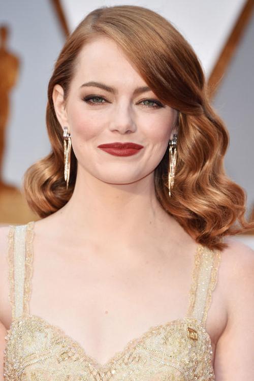 Emma Stone lộng lẫy với sắc vàng golden từ màu váy đến màu mắt. Nổi bật trên làn da trắng muốt là màu son đỏ