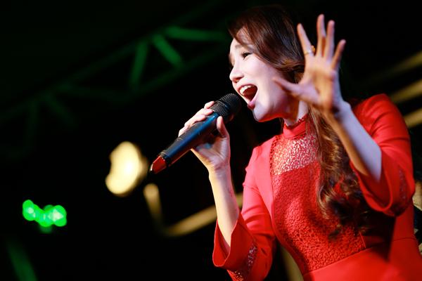 ho-quynh-huong-duoc-khen-la-nu-ca-si-dep-nhat-hanh-tinh-4