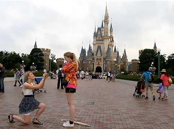 Bức ảnh cầu hôn của hai cô gái được chụp tại công viên Disneland.