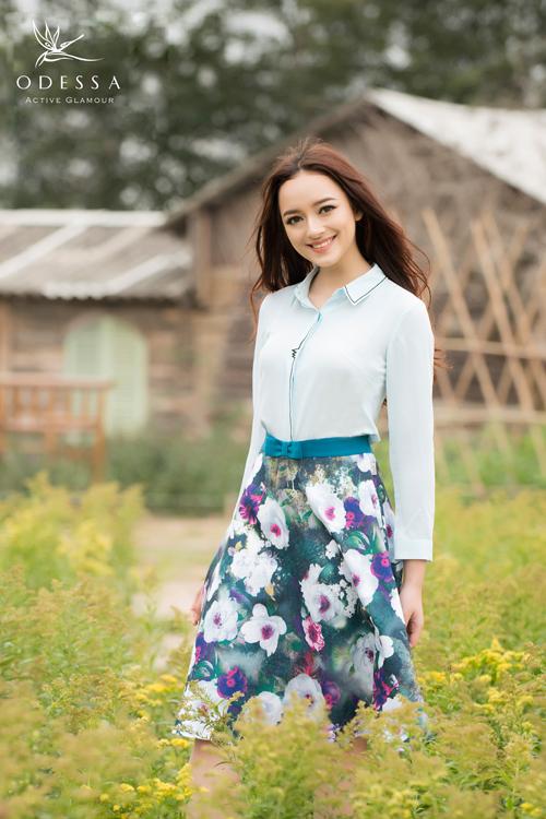 Áo sơ mi màu xanh thiên thanh kết hợp đầm xòe hoa xanh cùng ton mầu đầy nữ tính.