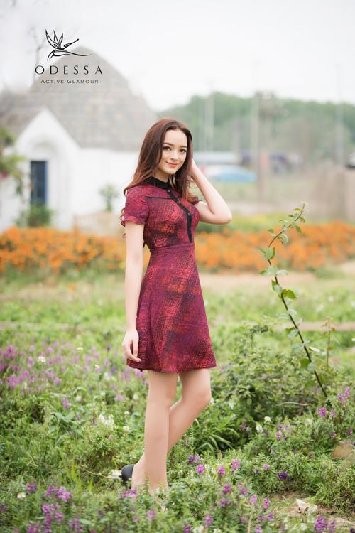 Đầm xòe với họa tiết tinh tế đầy quyến rũ.