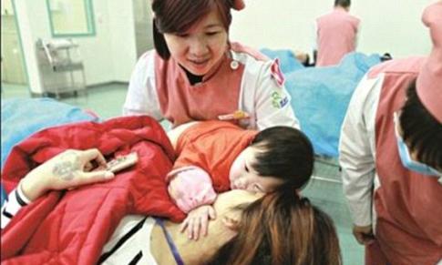 Bé 10 tháng tuổi quyết không rời mẹ bị thương vì tai nạn xe buýt