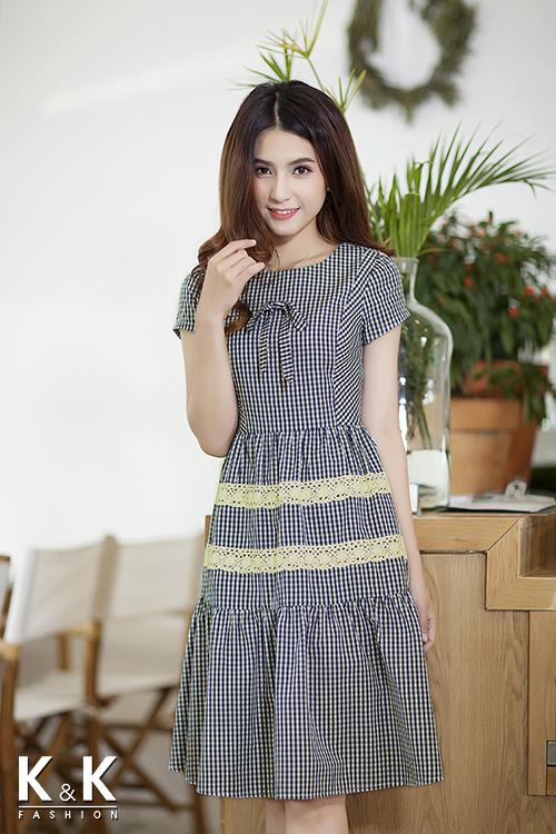 Đầm họa tiết caro phối ren trắng KK64-24 giá 420.000 đồng.