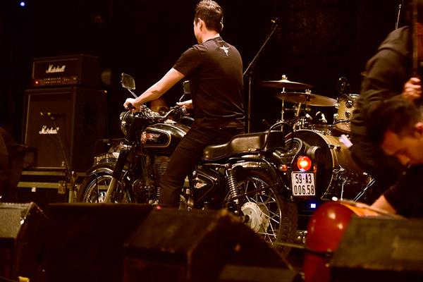 MC Anh Tuấn - nhà sản xuất của liveshow đã lái mô tô của người bạn quá cố lên sân khấu.