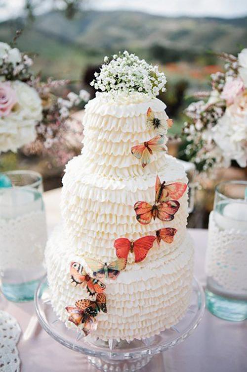 [Caption]Chiếc bánh là sự kết hợp những cách trang trí sang trọng, từ chi tiết bèo nhún đáng yêu tới ánh kim loại lấp lánh và những bông hoa điểm xuyết nhẹ nhàng.