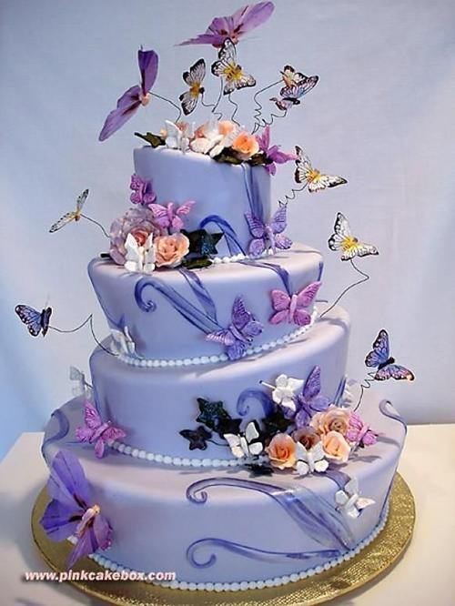 [Caption]Hầu hết bánh cưới hiện nay đều được trang trí với những những sắc màu tươi tắn, họa tiết cầu kỳ. Kết hợp họa tiết mềm mại và hoa tươi sẽ thể hiện phong cách cầu kỳ, lãng mạn của đám cưới.