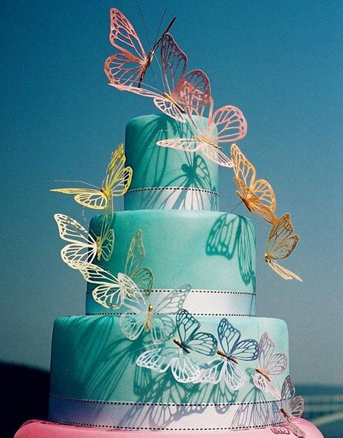 [Caption]Bánh cưới tone màu đổ ombre vẫn được yêu thích vì phong cách nghệ thuật thời thượng.