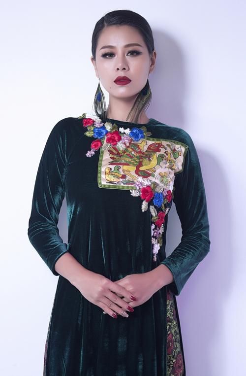 kieu-nu-lang-hai-nam-thu-lang-xe-ao-dai-nhung-2