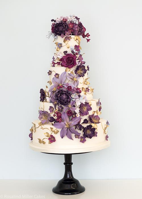 [Caption]Cô dâu chú rể có thể hô biến chiếc bánh màu trắng đơn giản thành ấn tượng với phụ kiện là những bông hoa rực rỡ.