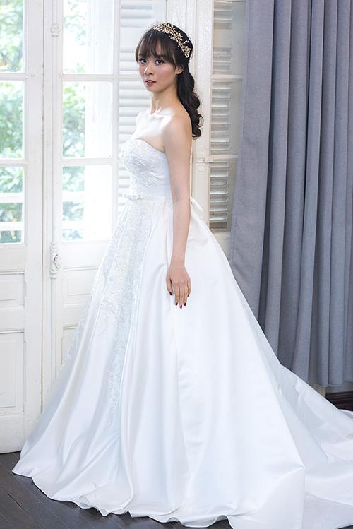 [Caption]Trong bộ sưu tập giới thiệu những mẫu váy cưới mới nhất, nhà thiết đã khéo léo mang nét e ấp, dịu dàng mà vẫn sexy gợi cảm cho cô dâu trong mùa cưới 2017.