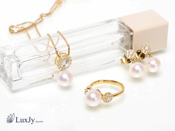 Với thiết kế tinh tế, dễ mix đồ và mang vẻ đẹp sang trọng cùng ý nghĩa tốt về phong thuỷ nên trang sức ngọc trai ngày càng được nhiều chị em lựa chọn.