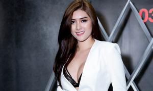 Huỳnh Tiên mặc mát mẻ, khoe vòng một sexy ở rạp phim