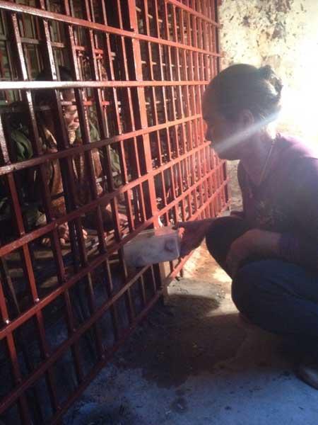 Hàng ngày, bà Thuận đưa cơm cho ông Hiến.
