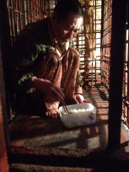 23 năm, qua ông Hiến ăn uống, sinh hoạt trong chiếc cũi sắt này.