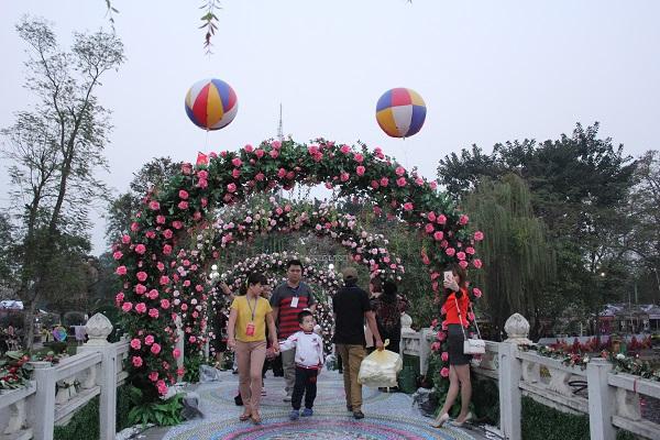Trưa 3/3, Lễ hội hoa hồng Bulgaria và bạn bè đã khai mạc tại công viên Thông Nhất, Hà Nội. Đây là  sự kiện kỷ niệm 68 năm thiết lập ngoại giao giữa Việt Nam  Bulgaria nhân dịp Quốc khánh nước  Cộng Hòa Bulgaria (3/3). Lễ hội kéo dài đến ngày 8/3 với hơn 1.000 gốc hồng thuộc 300 loại hoa  hồng có xuất xứ từ nhiều nơi trên thế giới được trưng bày và bán.