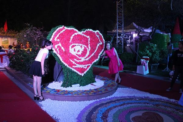 Tại sảnh chính, biểu tượng trái tim kết từ hoa hồng thật bị nhiều người nghi ngờ là hoa giả. Anh Thái,  nhân viên bảo vệ khu vực này cho biết: Khách tham quan còn phàn nàn số lượng hoa ít, nhiều  người lầm tưởng hình trái tim kia là hoa giả nhưng đấy là hoa thật, trừ phần màu xanh là gắn bằng  cỏ nhựa.