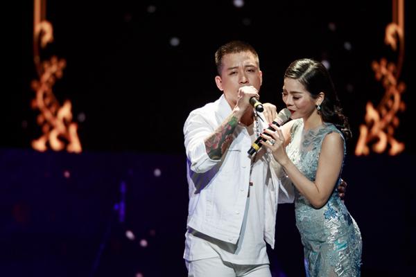 Trên sân khấu, Tuấn Hưng và Lệ Quyên cũng có nhiều khoảnh khắc tình cảm như nắm tay, ôm eo nhau suốt nhiều tiết mục song ca.