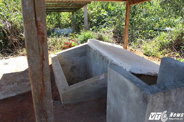 Những ngôi mộ của người Giẻ ngày nay được xây sẵn để chờ bỏ người chết.