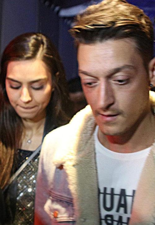 Ozil và Amine nhiều lần được trông thấy đi cùng nhau tại London và Istanbul. Ảnh: Sun.