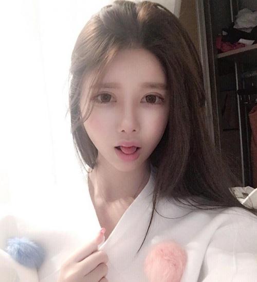 Baek Si Young được cho là đã chi rất nhiều tiền phẫu thuật để có đôi mắt to tròn, sống mũi cao và khuôn miệng nhỏ nhắn của bà xã Huỳnh Hiểu Minh.