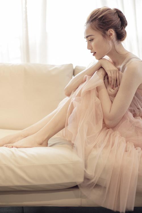 Với tông màu nude (cam) nhẹ cùng chất vải voan mềm mại nữ tính, bộ trang phục khoác lên mình Lan Ngọc tựa như chiếc đầm của nàng công chúa xinh đẹp. Bộ váy được cắt may tỉ mẩn, mỗi một phần bèo nhún hay xếp li đều được xử lý cẩn thận đến từng chi tiết. Phần dây váy được tô điểm bằng những bông hoa nhỏ kéo dài từ ngực lên vai, tránh đi sự đơn điệu cho bộ trang phục.
