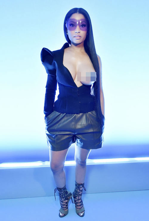 nicki-minaj-pho-tron-mot-ben-nguc-o-paris-fashion-week