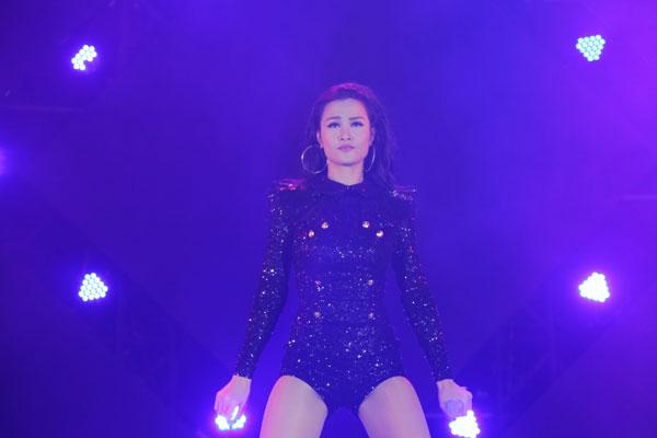 dong-nhi-dien-jumpsuit-lap-lanh-nhay-sung-tren-san-khau-3