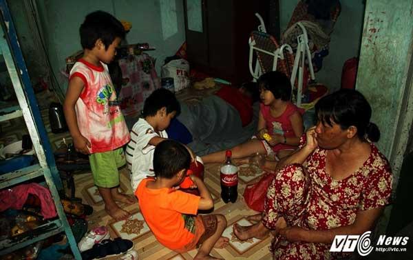 Căn phòng trọ tồi tàn, rộng chưa đầy 10m2 là nơi chị Hoàng Thị Lan cùng 11 đứa con thơ trú ngụ.