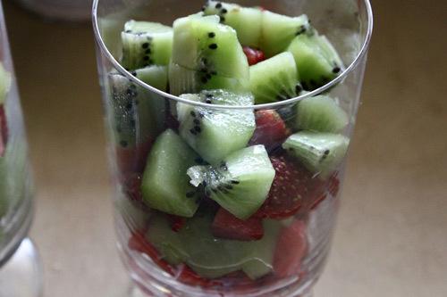 Cho trái cây vào trong cốc rồi trộn với sữa chua.