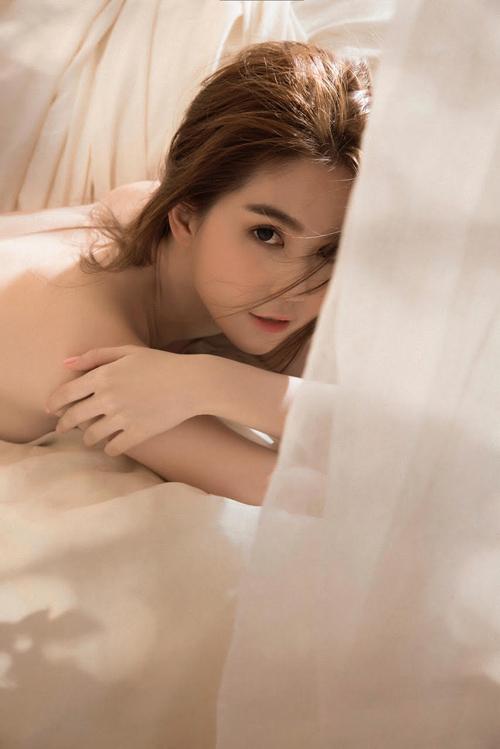 ngoc-trinh-khoe-anh-ban-nude-nong-bong-4