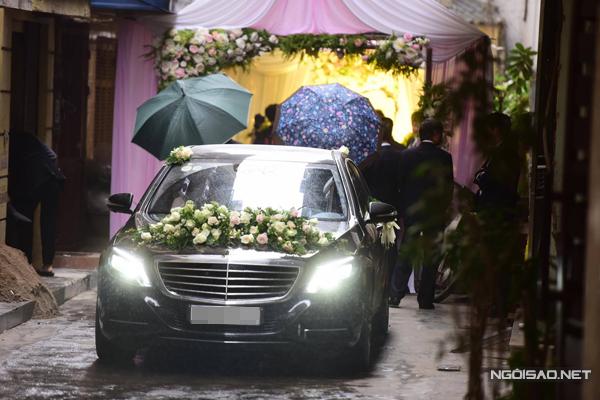Khi di chuyển lên nhà gái làm lễ, người nhà đều che chắn bằng ô.