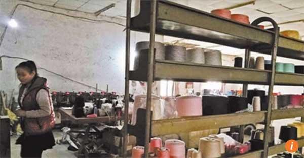 Những người nông dân của làng Donggaoxang bỏ cánh đồng để kinh doanh len sợi trên mạng.