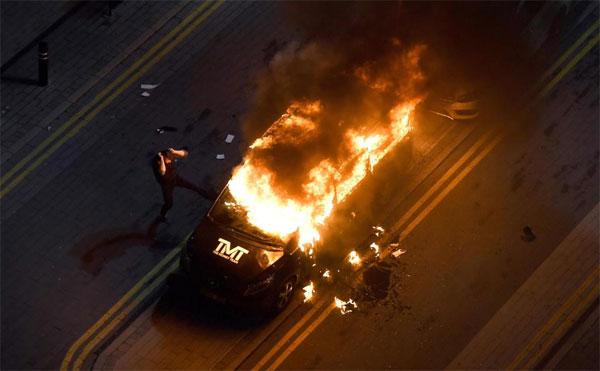Xe chở hành lý của Mayweather bị ném bom xăng, bốc cháy dữ dội