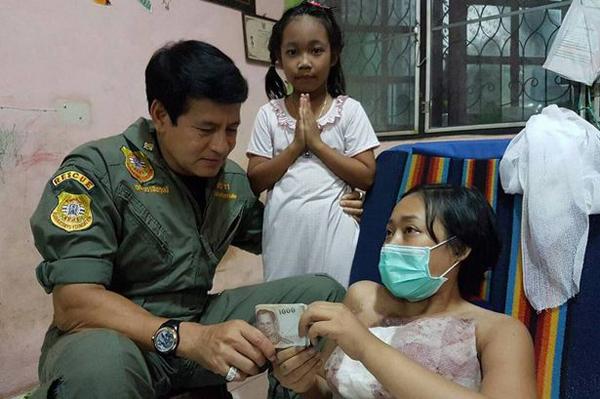 Môt người hảo tâm đến thăm mẹ con Wiramon và tặng cô một số tiền. Ảnh: