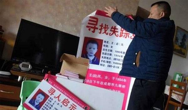 Wang chuẩn bị sẵn các tấm poster để đưa cho hành khách xem.