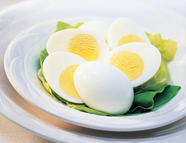 Một quả trứng luộc chỉ chứa khoảng 78 calories, lại rất giàu protein, giúp bạn no lâu.