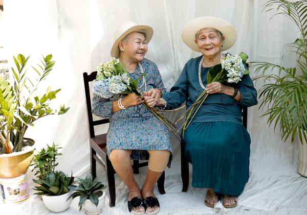 Vào ngày 8/3, các cụ bà trong Viện dưỡng lão Thị Nghè đã vô cùng bất ngờ và hạnh phúc khi nhận được một món quà vô cùng ý nghĩa. Tất cả đều được làm tóc, chọn trang phục, chụp ảnh kỷ niệm và thậm chí còn có cơ hội trình diễn thời trang.
