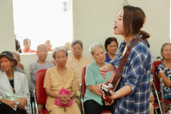 Tham gia chương trình còn có sự góp mặt của ca sĩ Thái Trinh, nhà thơ Phong Việt.