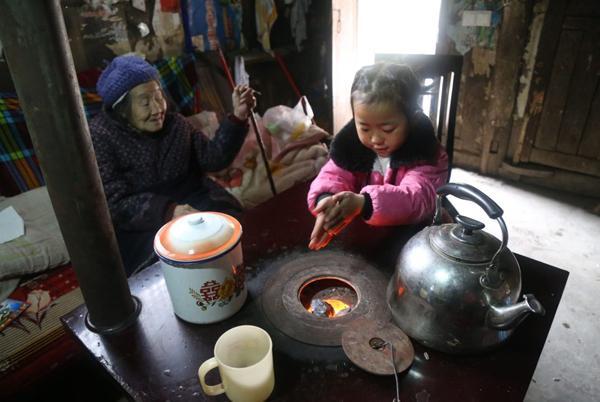 Wang Anna, 5 tuổi, sống cùng bà ngoại và cụ ngoại ở thành phố miền núi Zunyi, tây nam Trung Quốc. Do mắc bệnh viêm khớp nên bà ngoại cô bé bị hạn chế trong các hoạt động thường ngày và không thể tự đứng trên bàn chân mình. Trong khi đó, cụ ngoại Anna năm nay đã 92 tuổi.