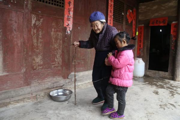 Mỗi sáng, Anna phải dậy từ sớm để nấu đồ ăn cho hai bà. Cô bé làm tất cả mọi việc, bao gồm cả việc dìu cụ nội đi vệ sinh.