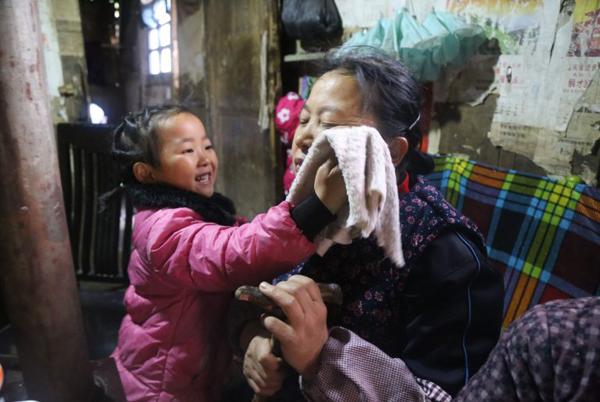 Trước hoàn cảnh tội nghiệp của Anna, những người hàng xóm trong làng đều yêu mến và thương xót em. Họ thường dẫn em về vườn nhà để hái rau sạch và tặng một ít thực phẩm khi biết trong nhà cô bé đã hết đồ ăn.
