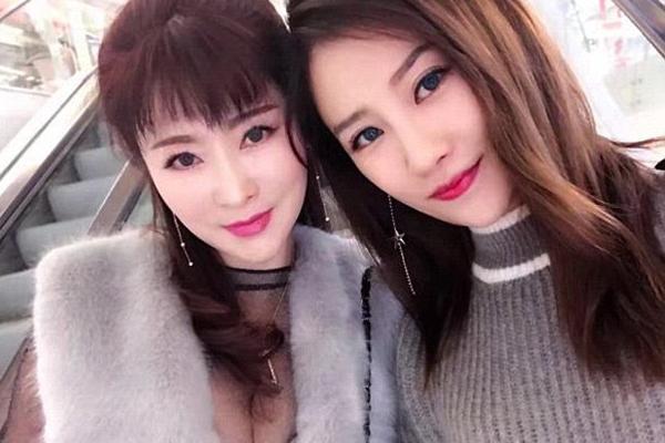 Cô Xu Min, một phụ nữ đã về hưu, sống ở tỉnh Vân Nam, gần đây bất ngờ trở nên nổi tiếng trên mạng xã hội Trung Quốc nhờ vẻ đẹp trẻ trung quên tuổi và phong cách thời trang sành điệu.