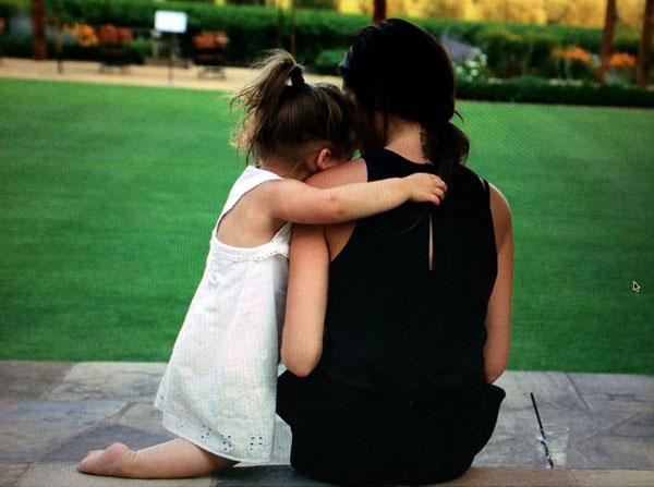 Trong khi đó, Becks đăng ảnh cũ của Vic và cô nhóc  Harper cùng lời chúc mừng Quốc tế phụ nữ tới những người