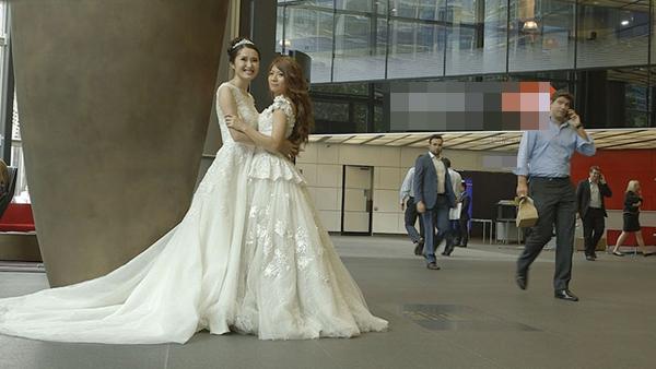 Jennifer và bạn đời Sam hạnh phúc khi cuối cùng cũng có đám cưới như mơ.\