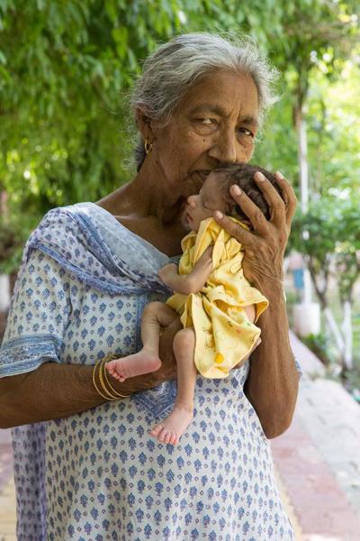 Bà Daljinder Kaur và cậu con trai nhỏ Armaan. Ảnh: Barcroft Media