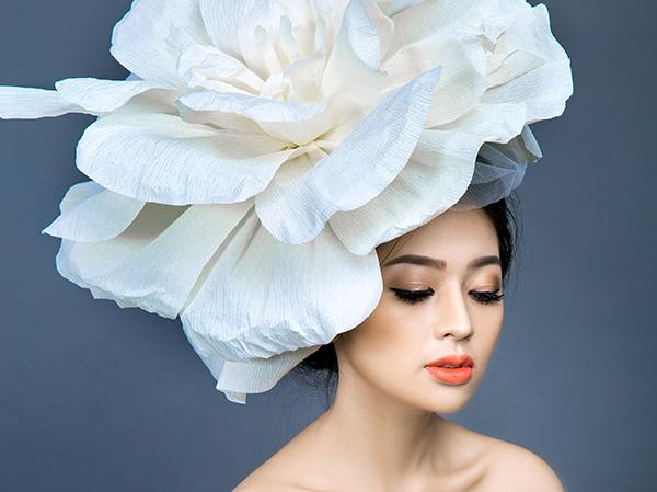 [Caption]Màu cam là một trong những gam màu nóng, mang lại cho cô dâu sự cá tính và năng động. Tông màu này tưởng chừng như không phù hợp cho ngày trọng đại nhưng chỉ với chút khéo léo, tinh tế, chuyên gia trang điểm có thể làm nổi bật lên sức sống của cô dâu mùa hè.