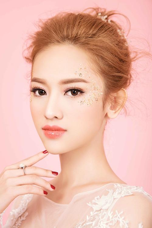 Cô chọn tông trang điểm màu cam đào thời thượng với đôi môi căng mọng làm điểm nhấn. Màu cam là một trong những gam màu nóng, mang lại cho cô dâu sự cá tính và năng động.