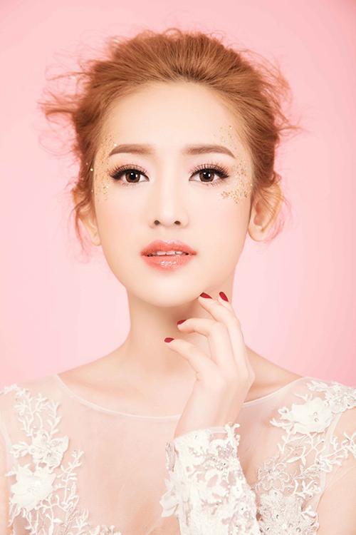 [Caption]Với phần bầu mắt, đầu tiên, chuyên gia trang điểm phủ phấn lót màu be sáng để cân bằng màu sắc, tiếp đến mới dùng màu hồng cam để phủ lên trên.