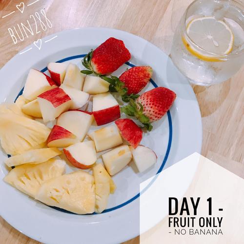 Bữa sáng: 1 miếng dứa + nửa quả táo + 3 quả dâu tây.